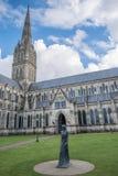SALISBURY, WILTSHIRE/UK - MARZEC 21: Statua kobieta na zewnątrz S Zdjęcie Royalty Free