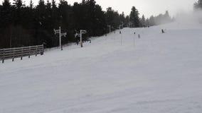 Salita degli sciatori che scala la cabina di funivia video d archivio