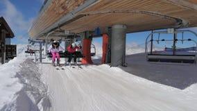 Salita degli sciatori in seggiovia Oo la montagna ed il movimento superiori da sul pendio video d archivio