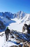 Salita dell'alpinista al picco di alta montagna Fotografie Stock Libere da Diritti