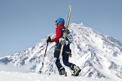 Salita dell'alpinista dello sci della ragazza sulla montagna sul vulcano del fondo Fotografie Stock Libere da Diritti
