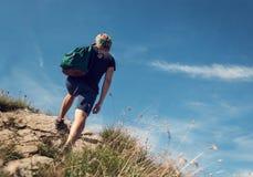Salita dell'uomo sulla collina della montagna immagine stock libera da diritti