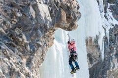 Salite dell'alpinista della donna su icefall verticale Fotografia Stock Libera da Diritti