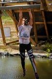 Salite dell'uomo sulle barre sopra acqua Corsa di eroi Immagini Stock Libere da Diritti