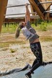 Salite della ragazza sulle barre sopra acqua Corsa di eroi Fotografia Stock Libera da Diritti