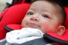 A saliva brincalhão feliz das bolhas do bebê bonito baba na boca da criança Fotografia de Stock Royalty Free