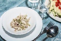 Sallad av champinjoner och gurkor med ost på banketttabellen Tomma vinexponeringsglas för drink med gaffeln och skeden Slapp foku Royaltyfria Foton