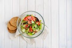 Sallad av grönsallatbladet, tomat, gurka, lök, oregano Royaltyfria Foton