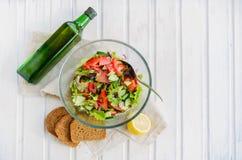 Sallad av grönsallatbladet, tomat, gurka, lök, oregano Arkivbild