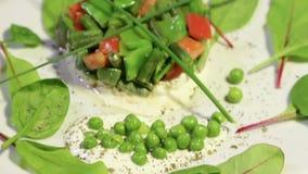 Sallad av gröna grönsaker och ärtor arkivfilmer