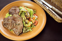 Sallad av kalvköttet med champinjoner och körsbärsröda tomater Royaltyfri Bild