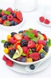 Sallad av ny frukt och bär i en bunke royaltyfri bild