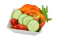 Sallad av nya grönsaker i den vita koppen Arkivbild