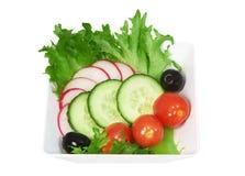 Sallad av nya grönsaker i den vita koppen Royaltyfria Foton