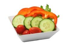 Sallad av nya grönsaker i den vita koppen Arkivfoton