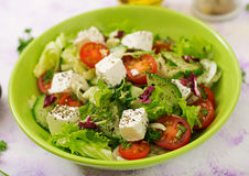 Sallad av nya grönsaker i grekisk stil dietary meny Fotografering för Bildbyråer