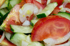 sallad av tomater, gurkor och lökar Arkivbild