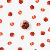 Sallad av tomater och lökar i en vit platta Royaltyfria Foton