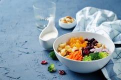 Sallad för äpple för broccolimorotkasjuer med grekiska yoghurtdres för honung Royaltyfri Fotografi