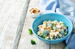 Sallad för äpple för broccolimorotkasjuer med grekiska yoghurtdres för honung Arkivbild