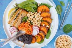 Sallad för Buddhabunkestrikt vegetarian med grönsaker, tofu, bakade söt potat Royaltyfri Foto