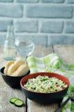 Sallad för dill för kålrädisagurka med den grekiska yoghurtdressingen Arkivfoto