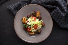Sallad för feg lever med körsbärsröda tomater och salladblandning på svart bakgrund fotografering för bildbyråer
