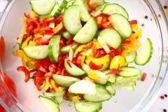 Sallad för ingrediens för grönsak för innehav för exponeringsglasbunke royaltyfria bilder
