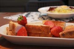 Sallad för kål för kokt ägg för bacon för frukost med bakade bröd och jordgubbar royaltyfria bilder