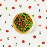 Sallad för körsbärsröd tomat med nytt örter och smör Royaltyfria Foton