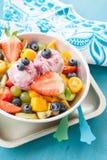Sallad för ny frukt med skopor av glass Arkivbild