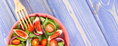 Sallad för ny frukt och grönsakmed gaffeln, begrepp av sund mat och näring, kopieringsutrymme för text på bräden Arkivbild