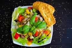 Sallad för ny grönsak med bröd Arkivfoton