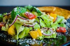 Sallad för ny grönsak med bröd Royaltyfri Foto