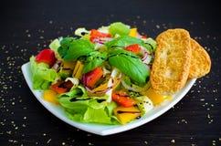 Sallad för ny grönsak med bröd Royaltyfria Bilder