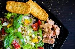 Sallad för ny grönsak med bröd och tonfisk Arkivbild