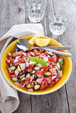 Sallad för ny grönsak med den senapsgula dressingen Arkivbild