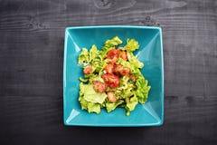 Sallad för ny grönsak, sund mat, tomater och salladsidor Sund feg sallad med nya grönsaker Royaltyfri Foto