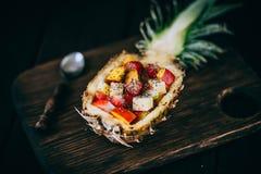 Sallad för nya frukter i ananas Royaltyfri Fotografi