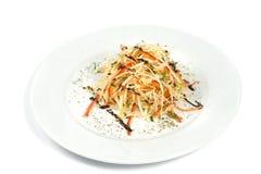 Sallad för nya grönsaker med purpurfärgad kål, vit, grönsallat, morot på plattabakgrund Arkivfoton