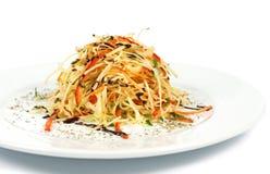 Sallad för nya grönsaker med purpurfärgad kål, vit, grönsallat, morot på plattabakgrund Royaltyfri Fotografi