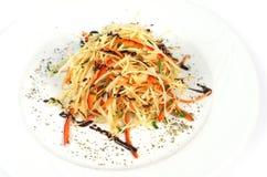 Sallad för nya grönsaker med purpurfärgad kål, vit, grönsallat, morot på plattabakgrund Royaltyfri Foto