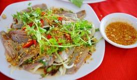 Sallad för rå fisk med att göra gropar fisksås Royaltyfri Foto