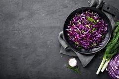 Sallad för röd kål med den ny salladslöken och dill bönagurkor besegrar nya stekte vegetariska märgtomater royaltyfria bilder