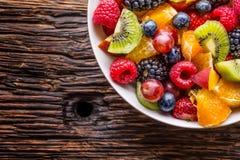 Sallad för tropisk frukt för frukt ny blandad Bunken av sund sallad för ny frukt - dog och konditionbegreppet Royaltyfria Bilder