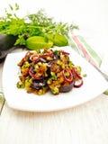 Sallad från aubergine och gurkan med löken i platta ombord Fotografering för Bildbyråer
