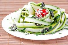 Sallad från den zucchinibanden, tomaten och olivet arkivfoto