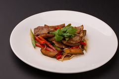 Sallad från grillade kött och grönsaker på den vita plattan royaltyfri fotografi