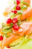 Sallad från nya grönsaker med laxfisken Royaltyfria Foton