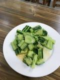 sallad från nya gurkor i billig eatery arkivfoton